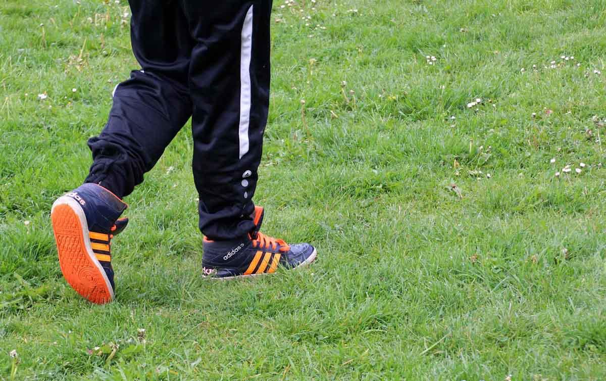 jogginghose-turnschuhe-sport