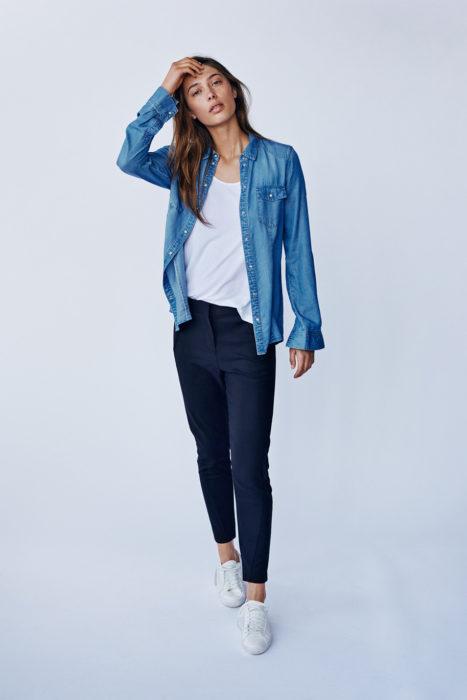 So kombiniert ihr das Jeanshemd richtig